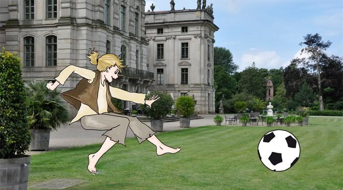 Johann spielt Fußball vorm Schloss