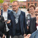 Stefan Sternberg, Bürgermeister von Grabow, demonstriert die EntdeckerRouten-App mit Routen in der Region Ludwigslust