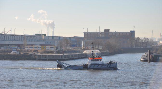 Blick über die Elbe zum Kohlekraftwerk Moorburg