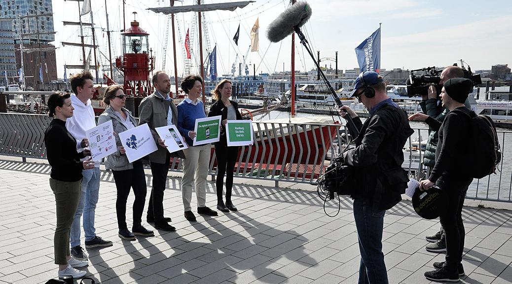 Filmteam des NDR berichtet über den Start der Umweltrallye Hamburg