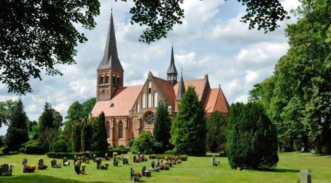 Hagenower Kirchentour: Blick auf die Kirche in Pritzier