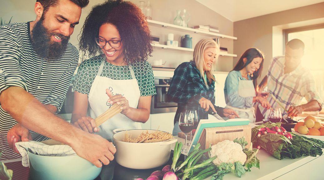 Gruppe bei der Zubereitung von vegetarischem Essen