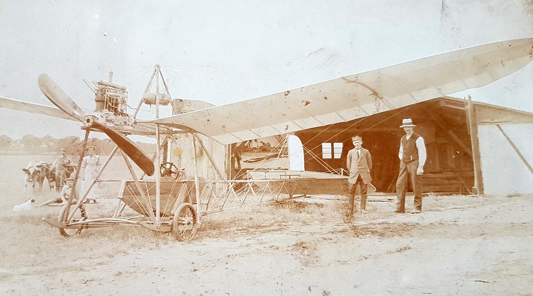 Flugpionier H. Timm aus Kummer mit einer selbstgebauten Flugmaschine
